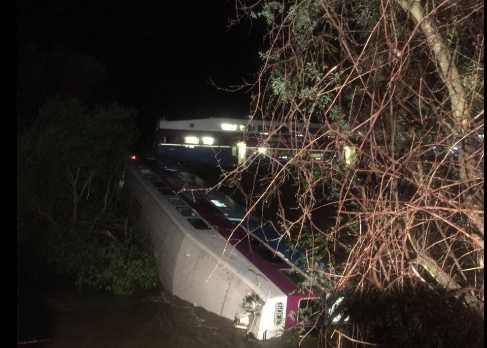 Commuter train derails in California; at least 10 injured/ @AlamedaCoFire Twitter