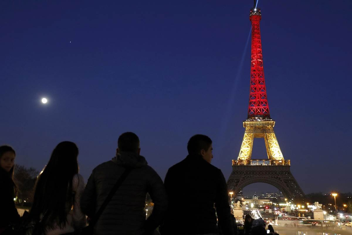 The Eiffel Tower is seen with the black, yellow and red colours of the Belgian flag in tribute to the victims of today's Brussels bomb attacks, in Paris, France, March 22, 2016. PHILIPPE WOJAZER / Reuters