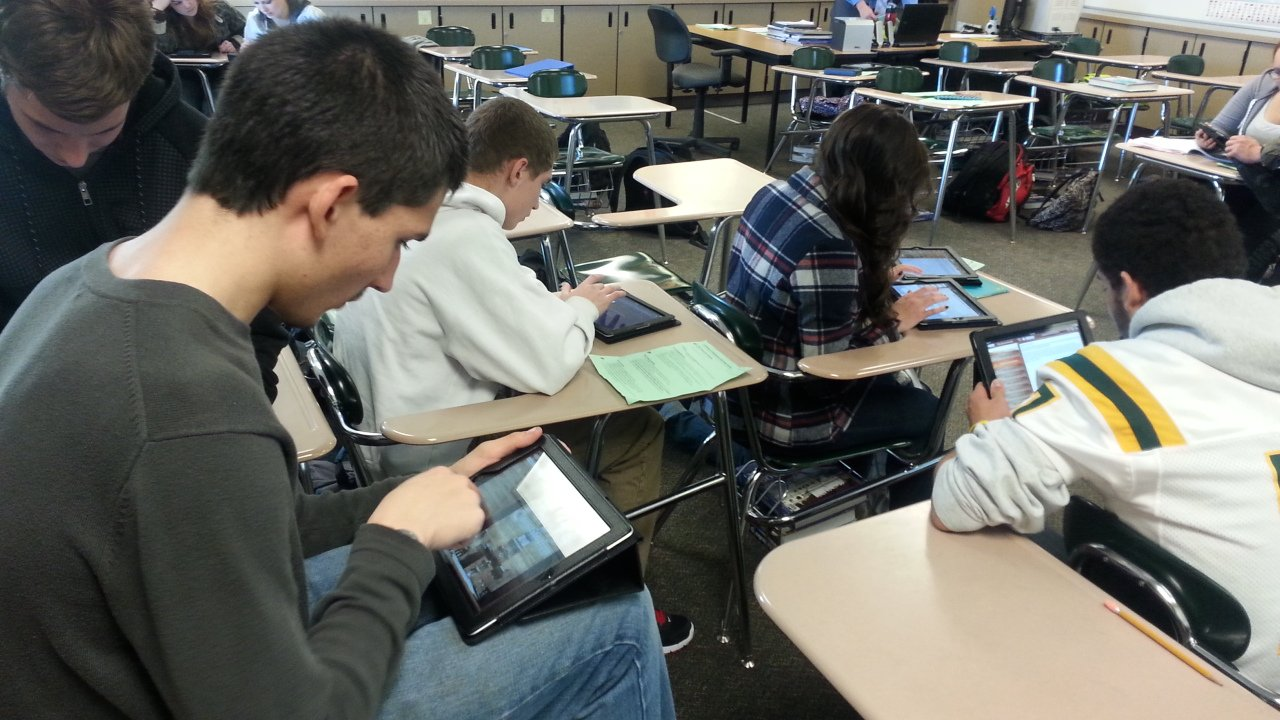 Most people use iPads for email or surfing the internet, but a Richland high school teacher has his students using the technology with a hint of Hollywood.