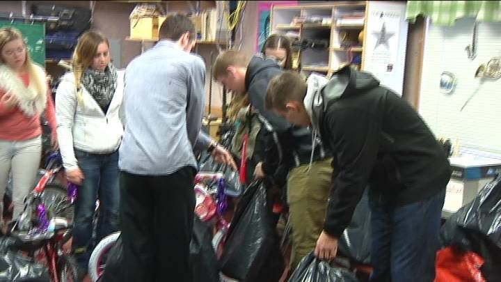 Students at Richland High School are spreading a little bit of holiday cheer.