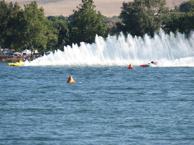 U-37 and U-6 navigate around the buoys (Columbia Cup 2007 - PHOTO:  Mick Washburn)